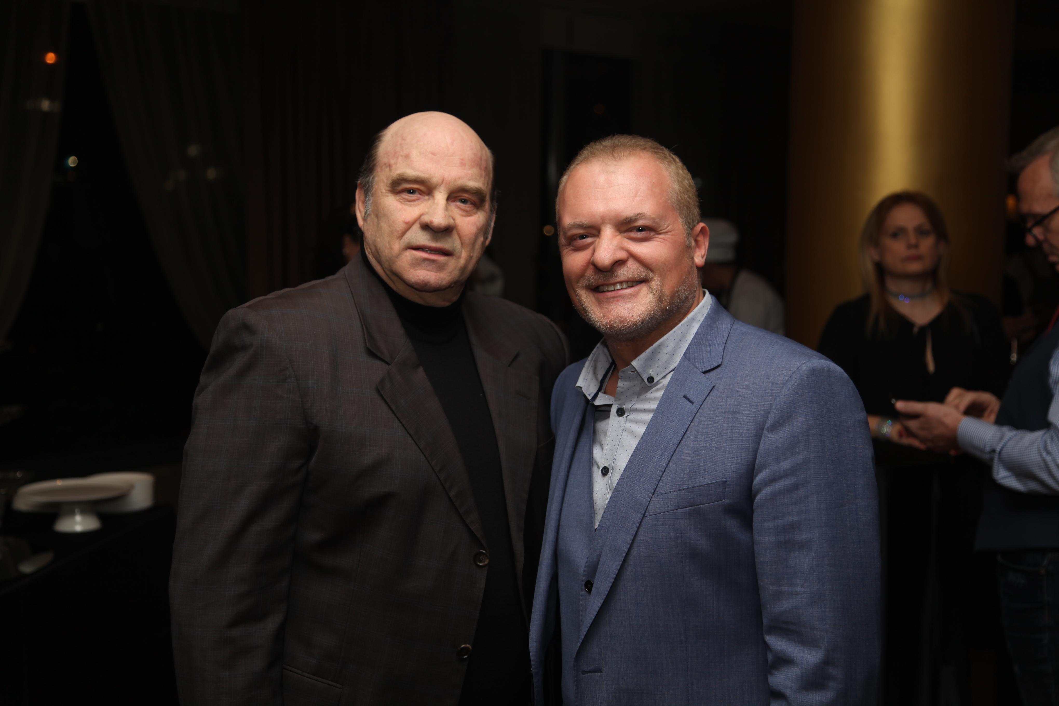 çmimet Kult - artistët fitues të çmimeve Kult 2019 CEO i Çelësi Media Group dhe dhënësi i çmimeve Kult, Ylli Sula me aktorin e mirënjohur Ndriçim Xhepa